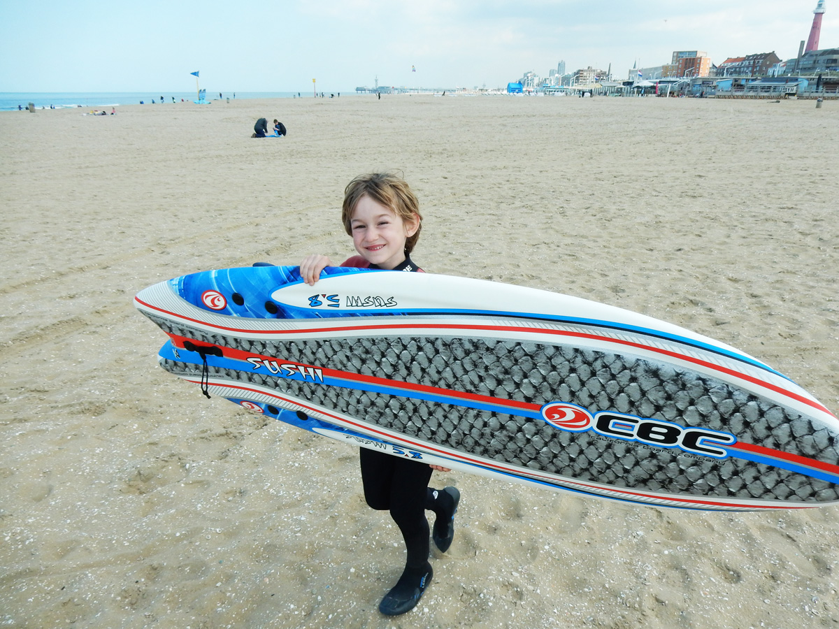 Siko met Sushi, een licht surfboardje om het op te leren.